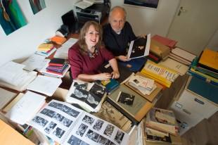 Tessa Reijnders en Gaby Hermans snuffelen door het archief van Toon Hermans.PHOTO AND COPYRIGHT ERMINDO ARMINO
